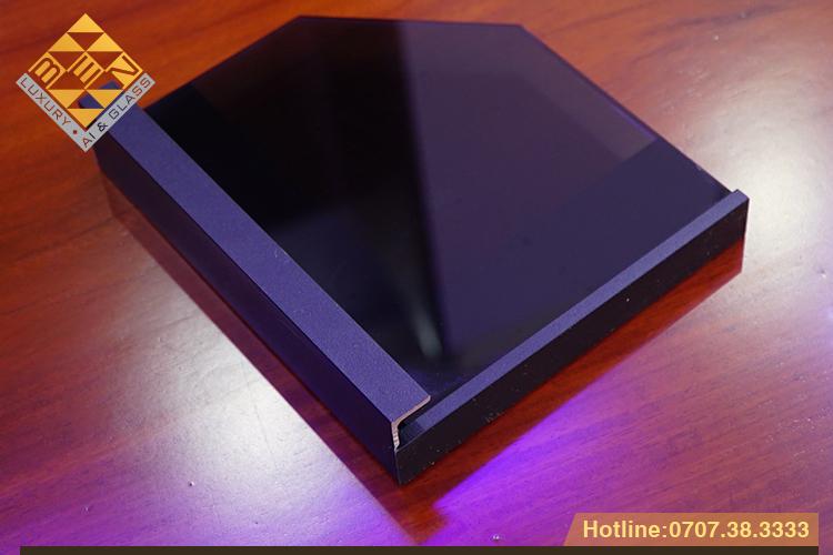 canh kinh khung nhom black aluminum